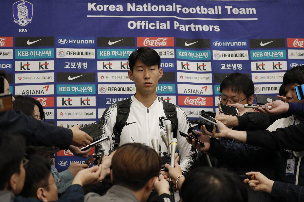 孫興慜17日在仁川機場回答記者問題。美聯社