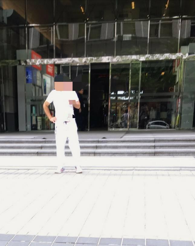 林姓男子在台北市瑞光路的遠傳公司大樓前持刀自殘,被消防隊送醫救治。記者李奕昕/翻...