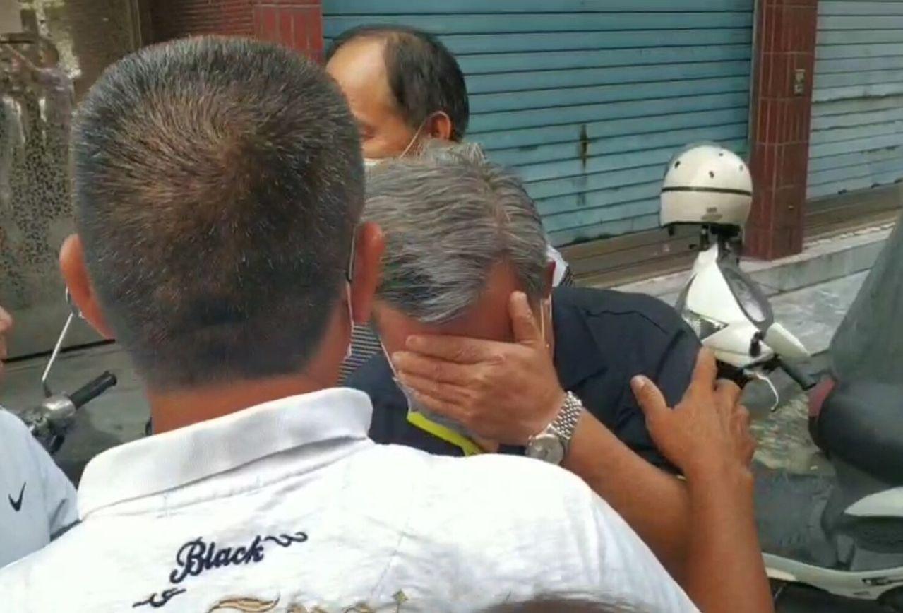 李父得知兒子涉嫌殺害妻子,返家時掩臉哭泣。記者邱奕能/攝影