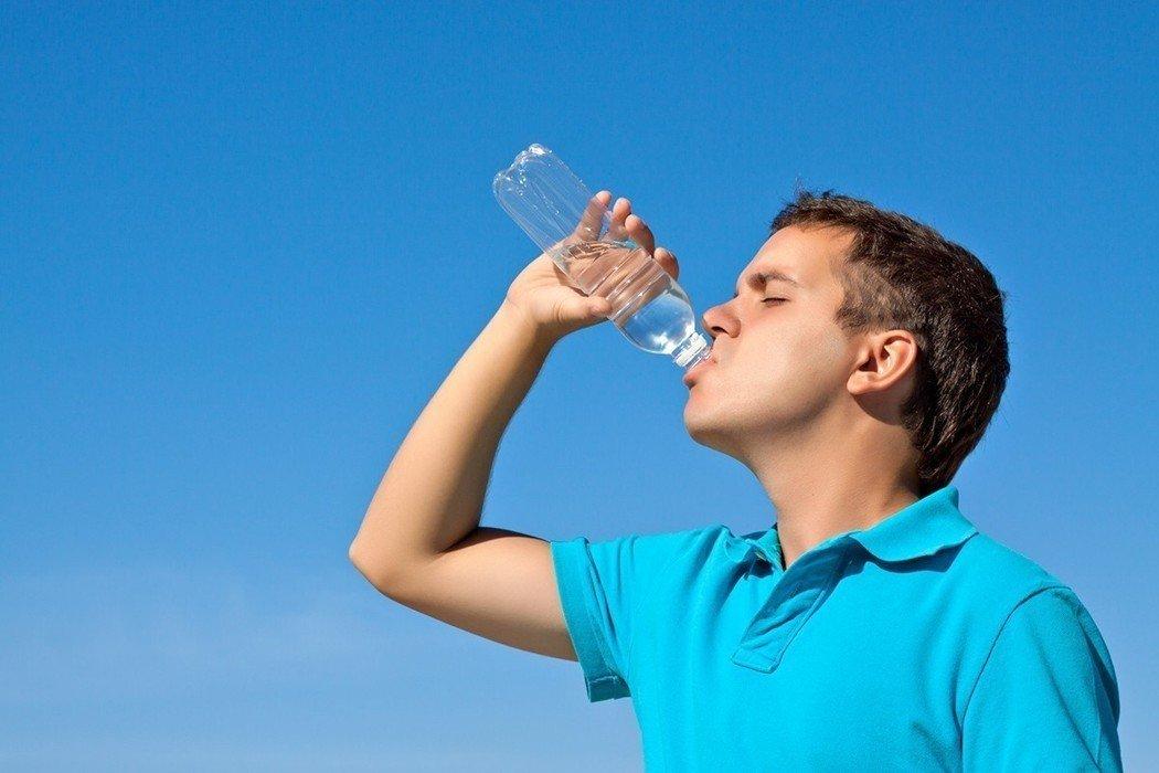 醫師表示多喝水、多排尿才預防高尿酸最好的方式。圖/ingimage