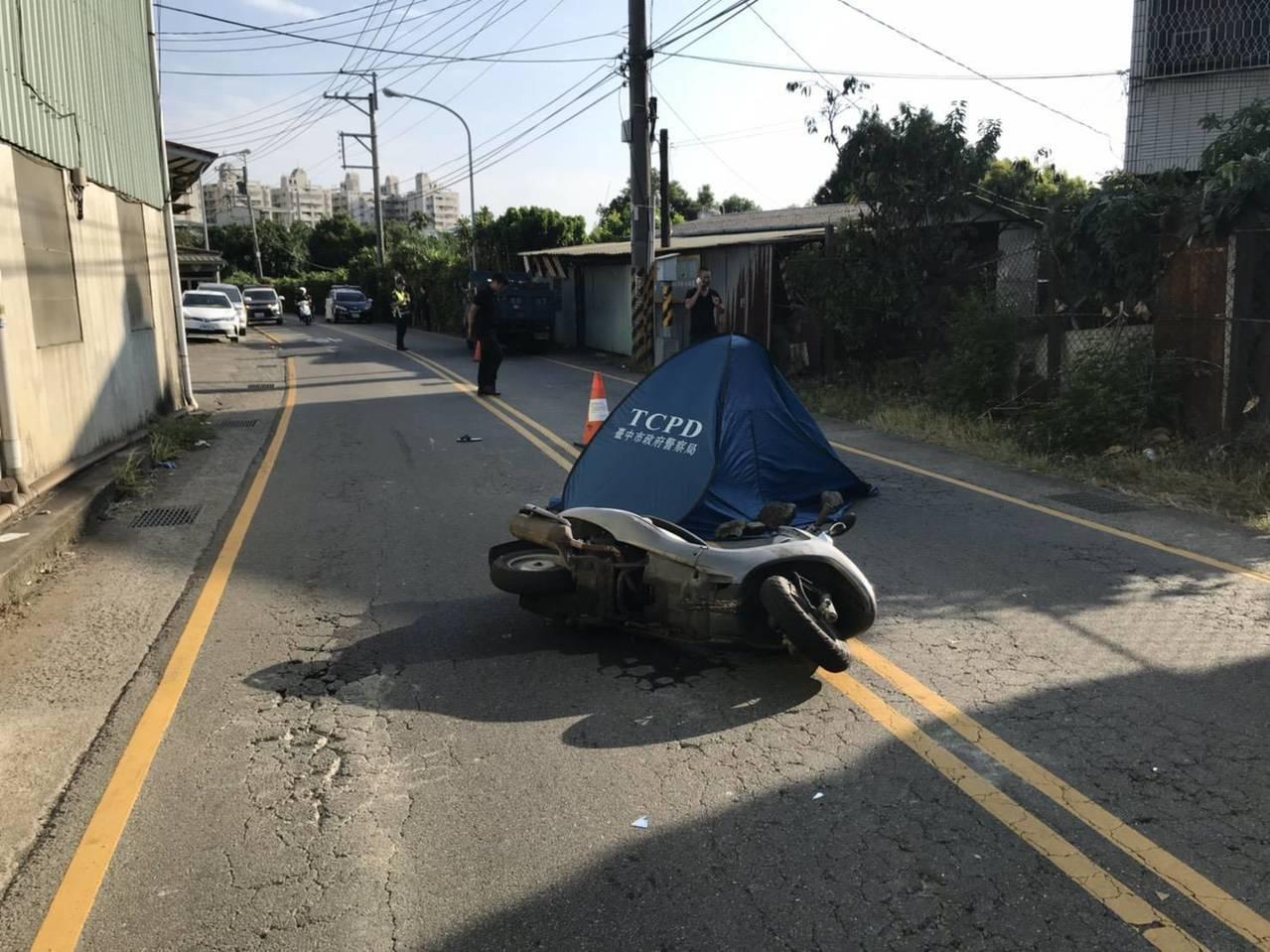 台中市太平區長億六街222號附近,下午發生一輛小貨車要超車,卻疑因車尾擦撞另輛機...