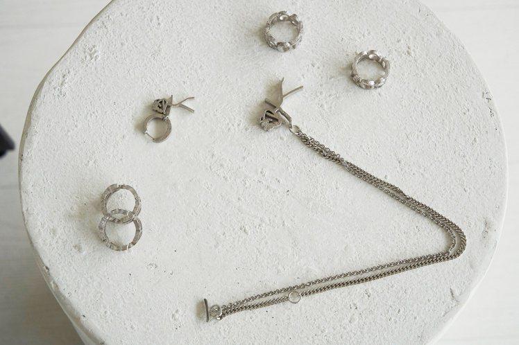 戒指、項鍊等飾品也都採不完美、有缺陷感的設計風格。圖/SOTTE提供
