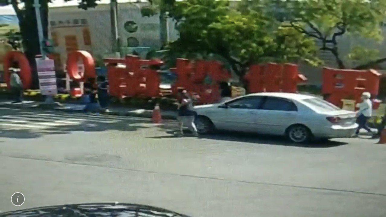 南投世界茶葉博覽會今天一輛無人的轎車突然加速往前衝往人群,還好警察眼明手快跳上駕...