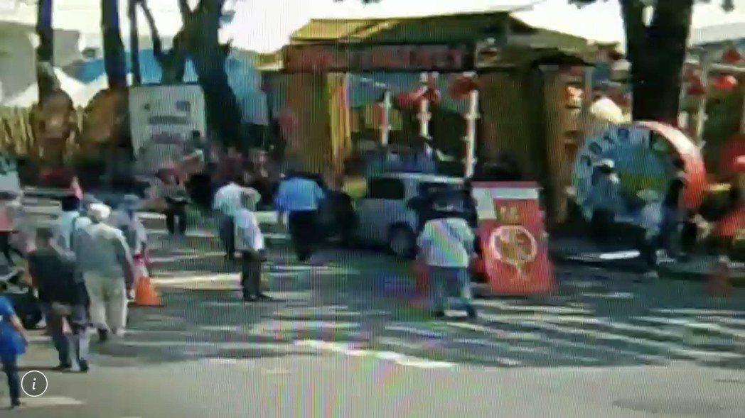 南投世界茶葉博覽會今天一輛轎車停放不當,無人的轎車突然加速往前衝往人群,還好警察...