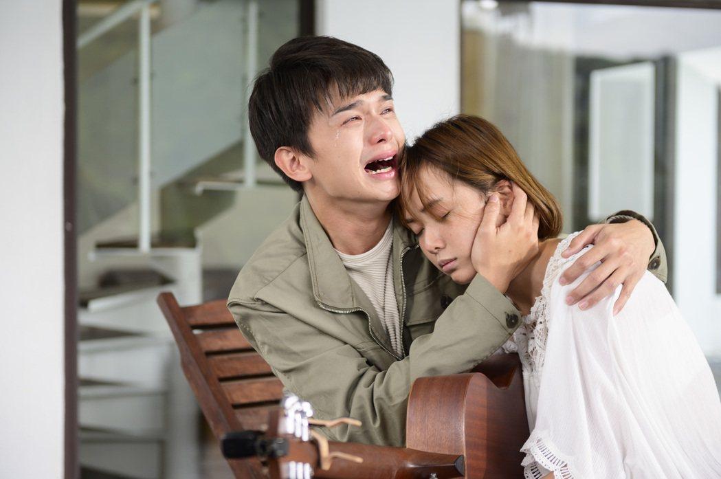 方語昕(右)劇中倒在尹彥凱懷中去世。圖/TVBS提供