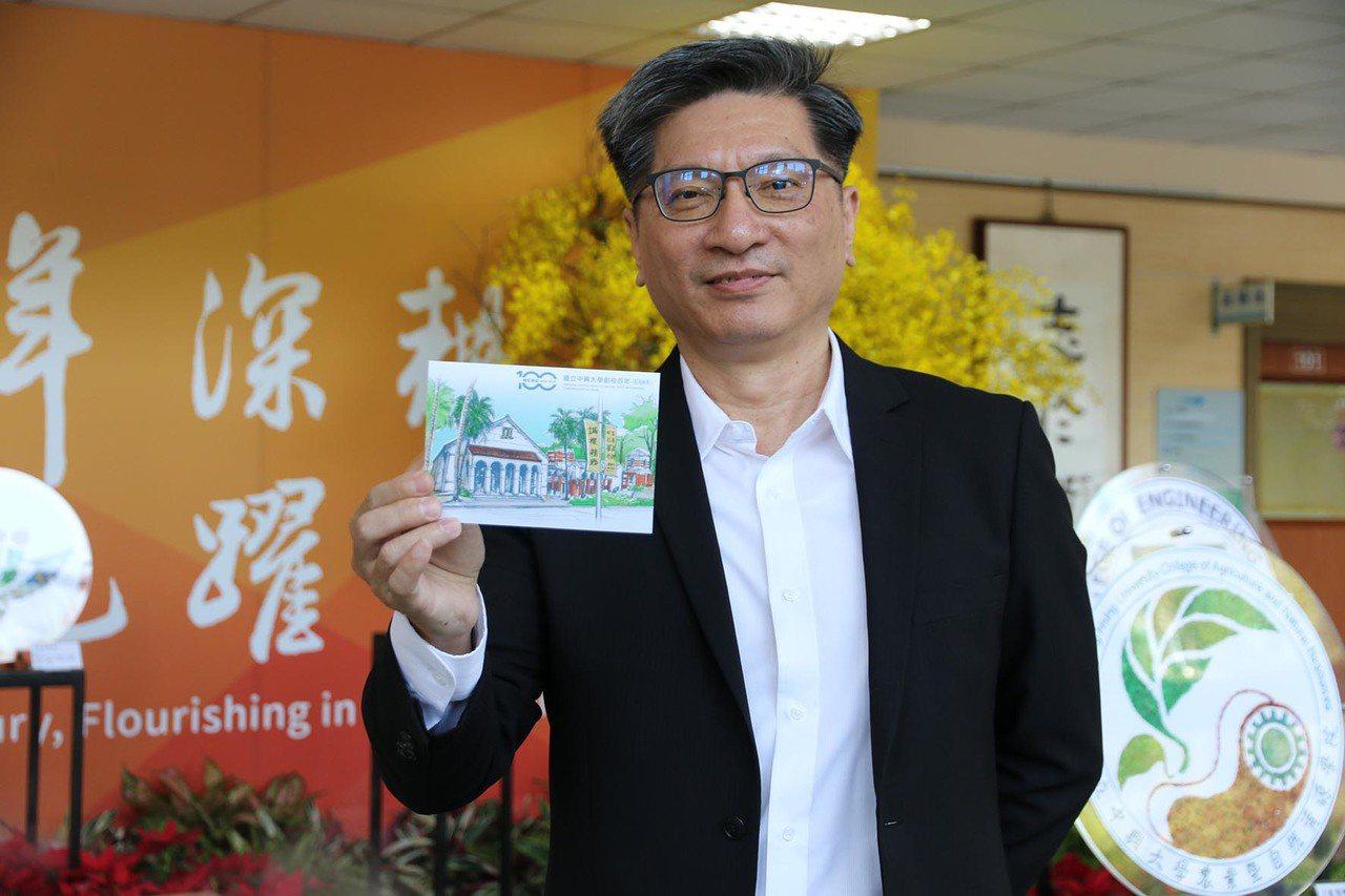 興大小禮堂素描創作者周志儒,作品變成百年紀念郵票。圖/興大提供