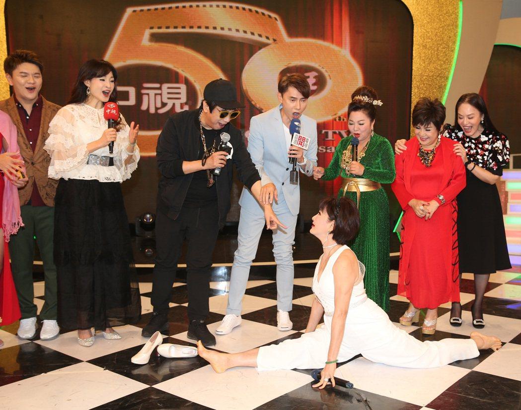 遲到的黃香蓮二話不說就當眾劈腿,今年65歲的她動作仍然俐落。記者曾吉松/攝影