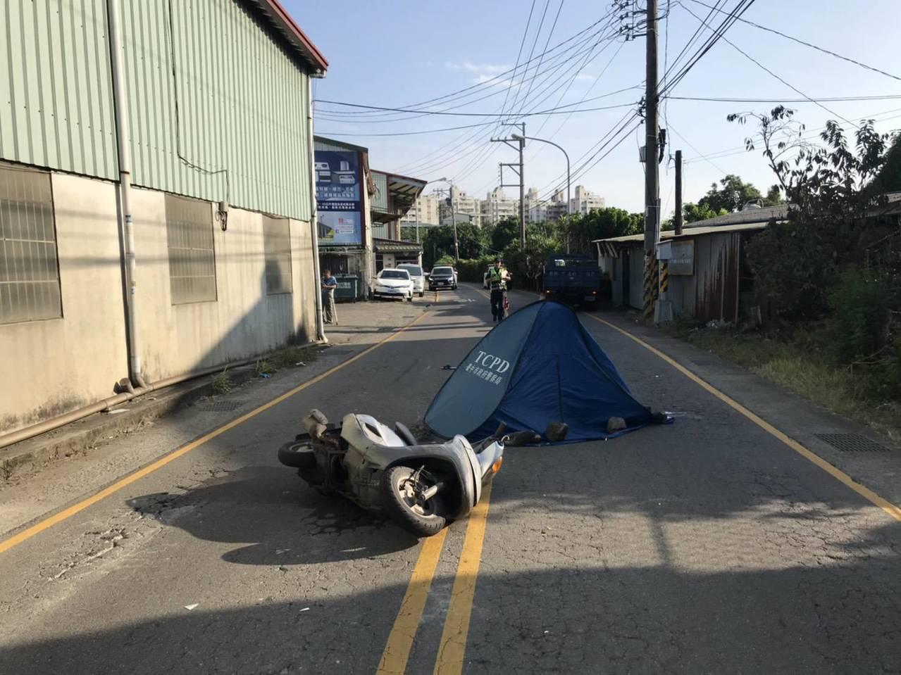 台中市太平區長億六街222號附近,下午3時許發生一輛小貨車要超車,卻疑因車尾擦撞...