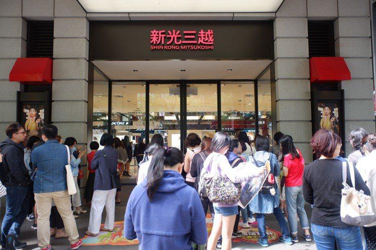 新光三越台北信義新天地周年慶首日,預計超過23萬人次衝周年慶。記者江佩君/攝影