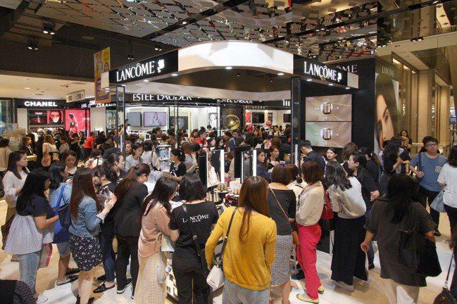 新光三越信義A8一樓美妝購物熱潮。圖/新光三越提供