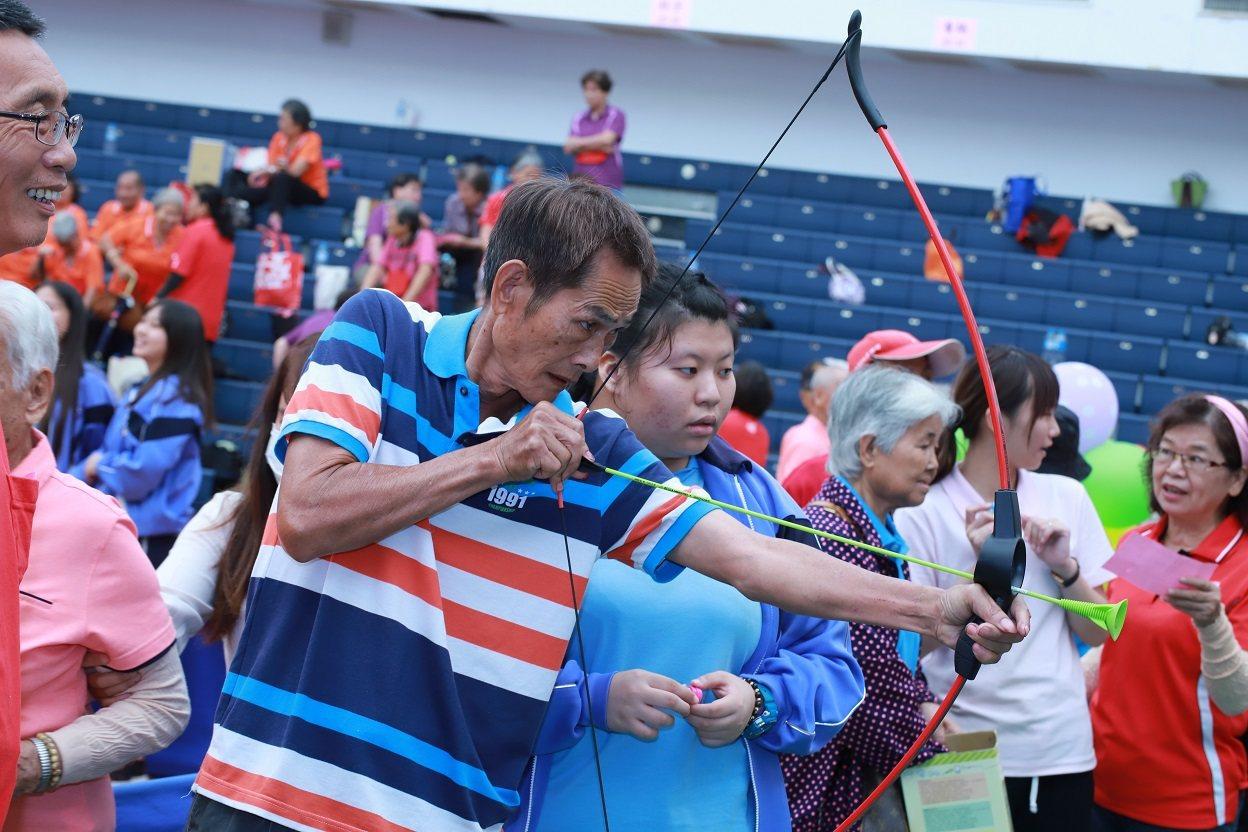 銀髮長輩參與射箭、競走、金頭腦、拚七巧板等趣味競賽,藉此訓練手眼協調、增加肌耐力...