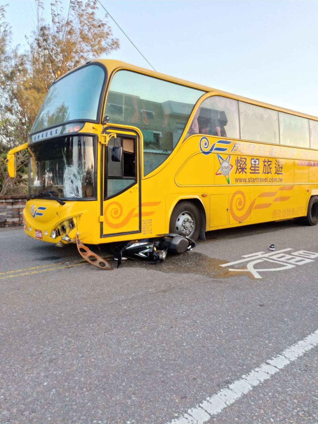 澎湖馬公市區今下午發生一起遊客機車與遊覽車相撞的交通事故,女騎士連人帶車遭捲入車...