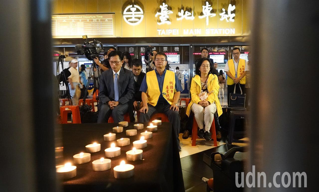 台鐵工會晚上在台北火車站大廳舉行「普悠瑪對年追思晚會」,一開始與會者為罹難者默哀...