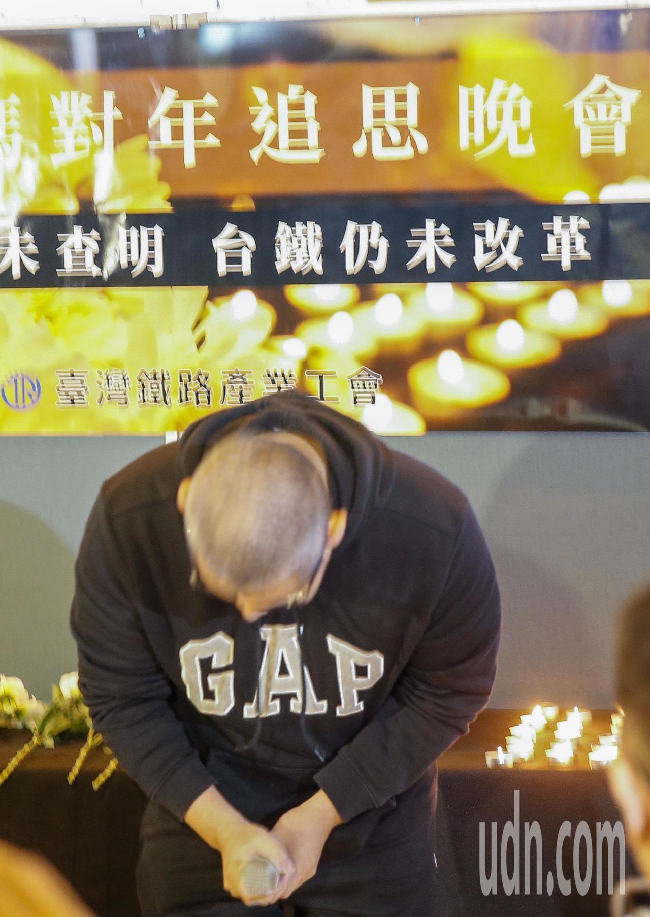 台鐵工會晚上在台北火車站大廳舉行「普悠瑪對年追思晚會」,司機尤振仲鞠躬為罹難者致...