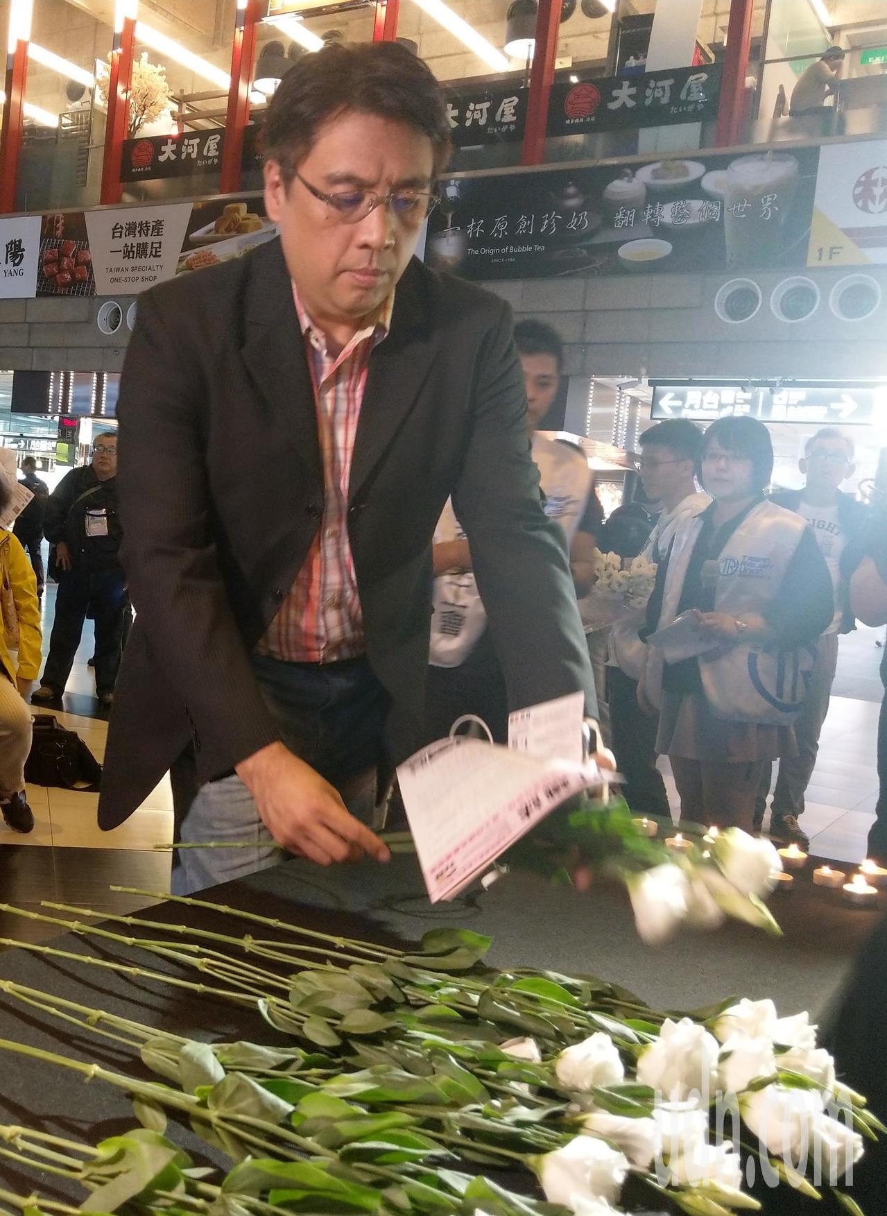 台鐵工會晚上在台北火車站大廳舉行「普悠瑪對年追思晚會」,一開始與會者為罹難者獻上...