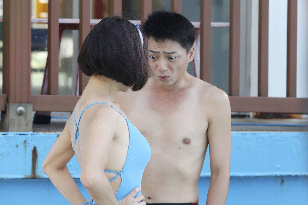 張䕒心(左)辣秀比基尼好身材,藍葦華瞪大眼。圖/民視提供