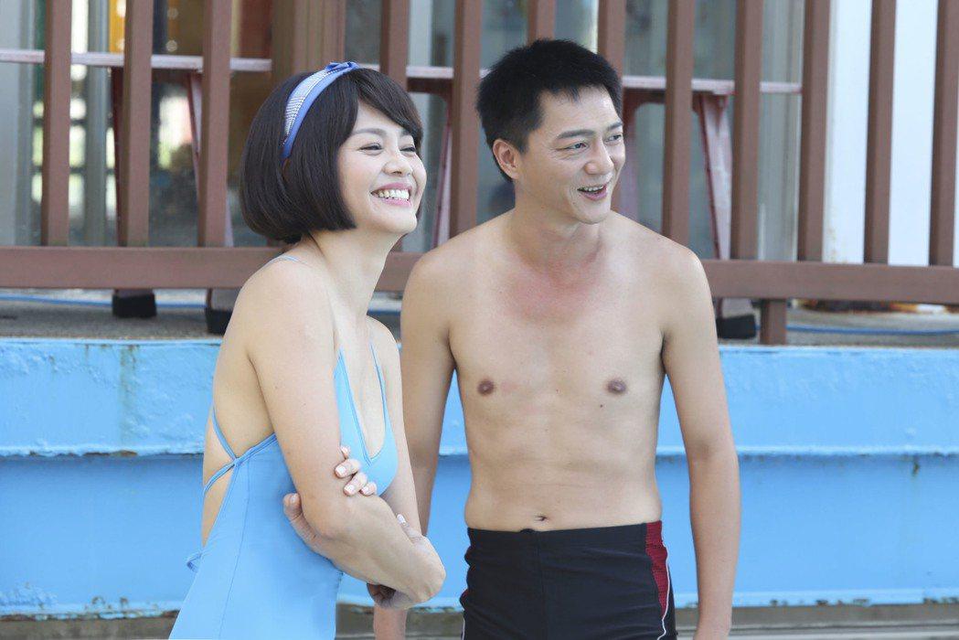 張䕒心(左) 、藍葦華為「多情城市」拍攝游泳池戲。圖/民視提供