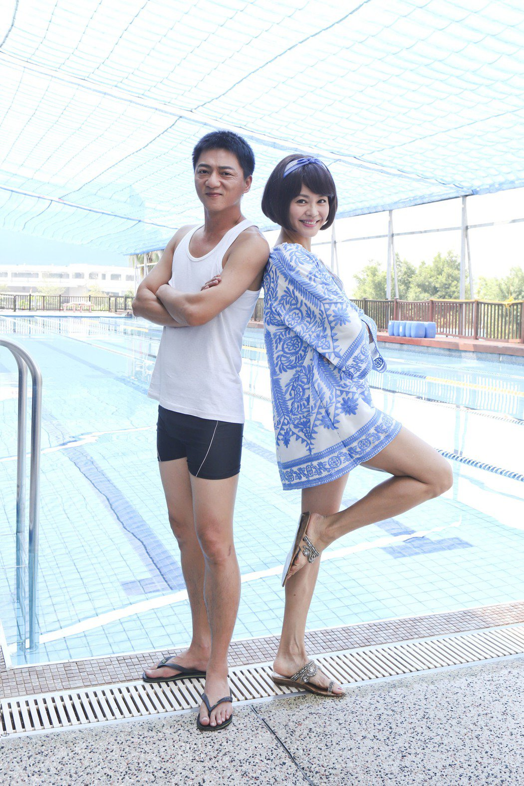 張䕒心(右) 、藍葦華為「多情城市」拍攝游泳池戲。圖/民視提供