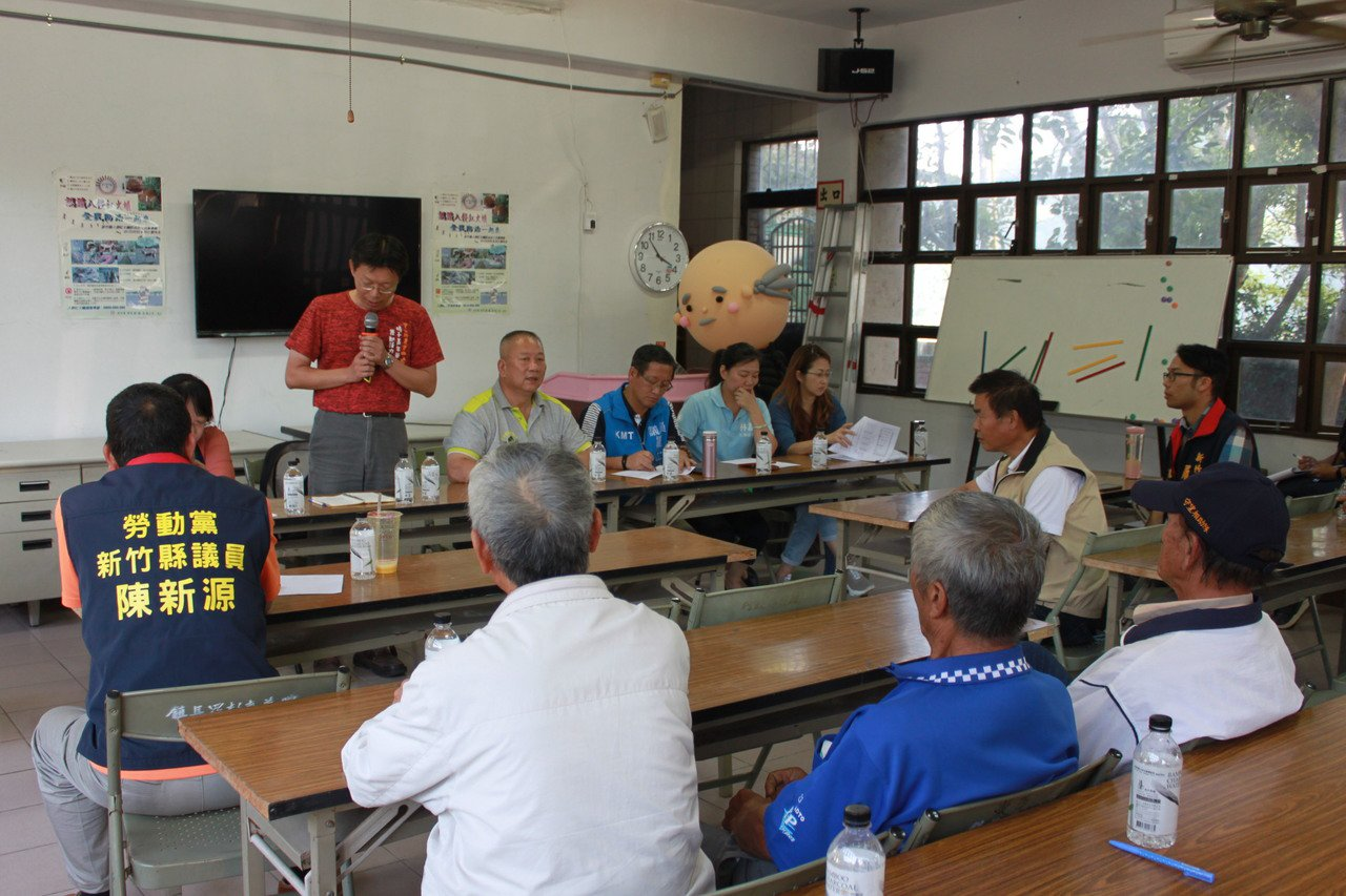 新竹茶青滯銷,今天召開茶農座談會,討論解決方案,目前將調查影響範圍,並協助媒合到...
