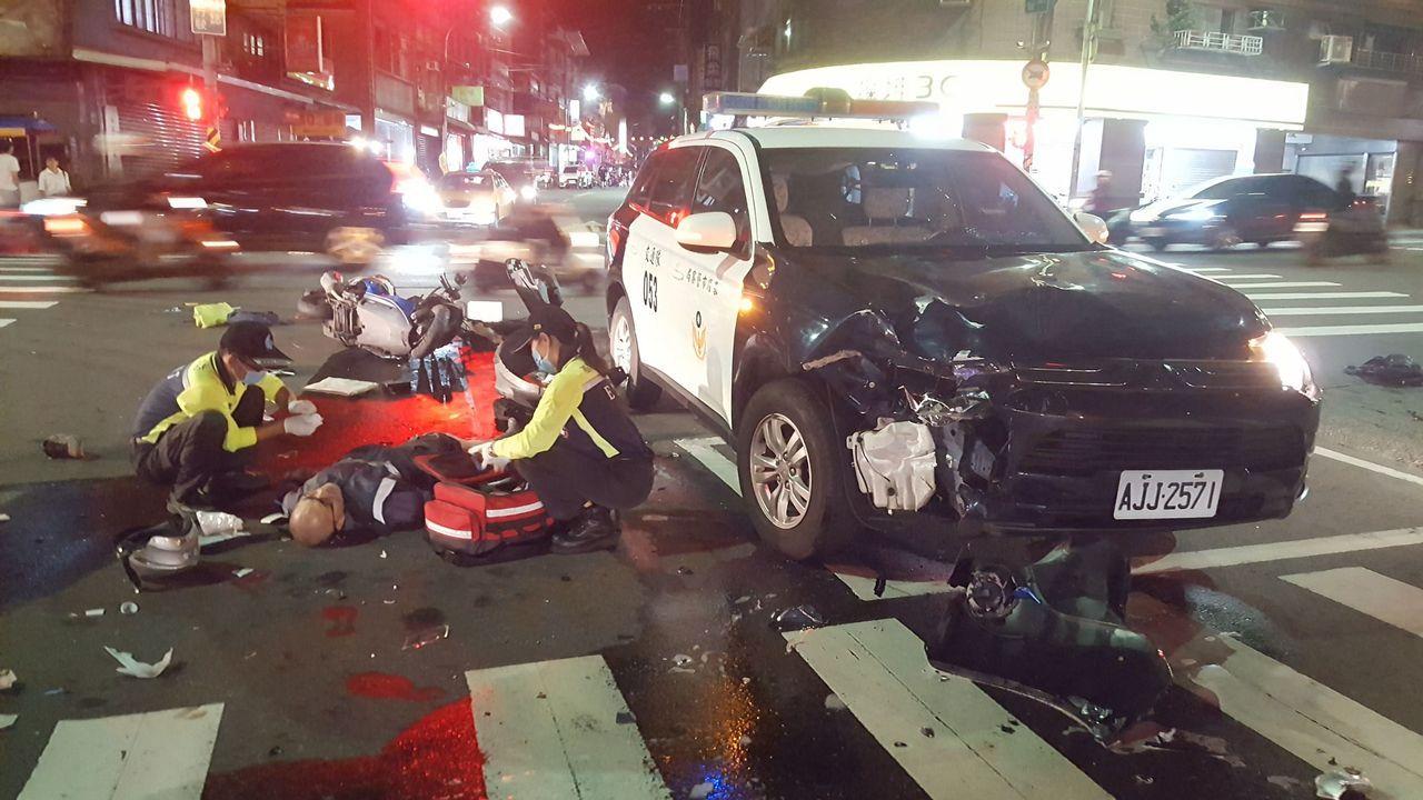 基隆市劉姓警員今晚駕駛警車從光明路左轉自治北街時,與對向直行的許男機車相撞,許受...
