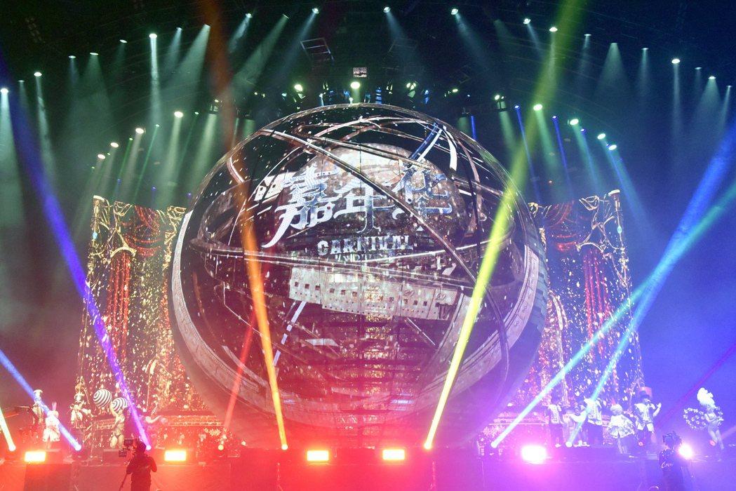周董「嘉年華」演唱會舞台以最新科技「透明屏」打造,創下全球最多透明屏所組成的最大...