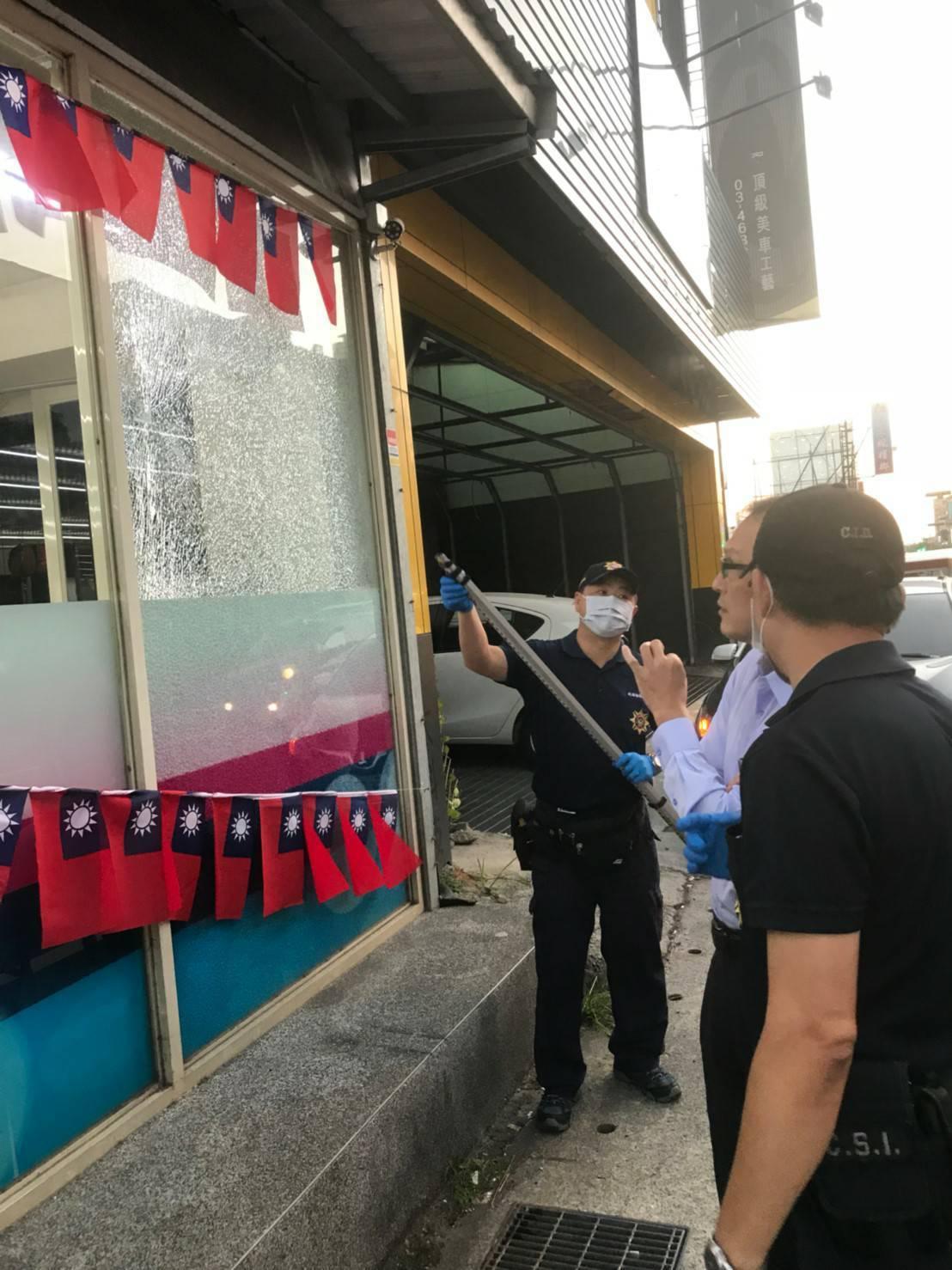 中壢議員劉安棋服務處遭人開槍,玻璃牆遭擊碎,且留下彈孔。圖/劉安棋服務處提供