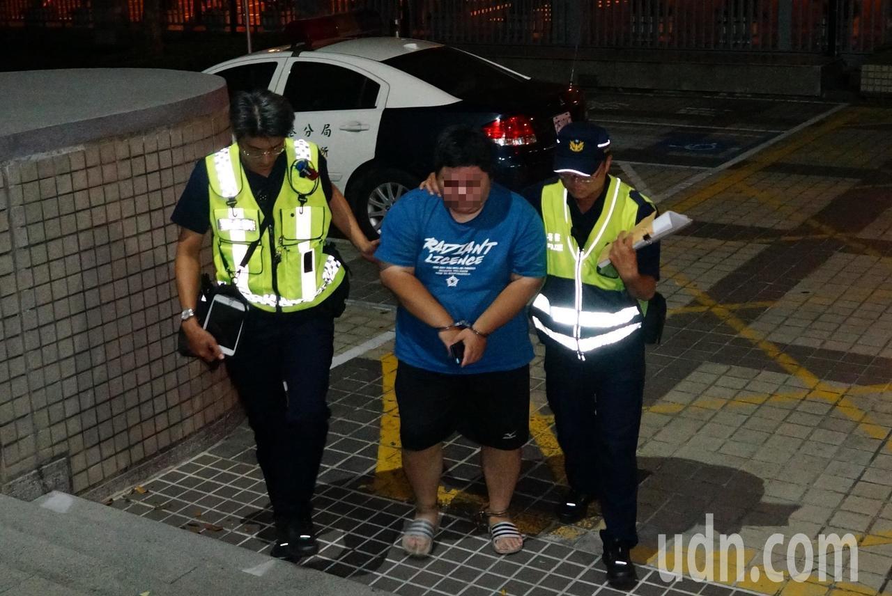 李姓男子(中)今晚被依殺害直系血親尊親屬罪移送高雄地檢署。記者林伯驊/攝影