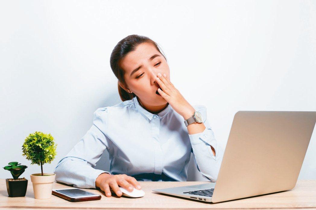 睡眠呼吸中止症患者淺眠、睡不好,時常醒過來,白天猛打哈欠。 圖/123RF