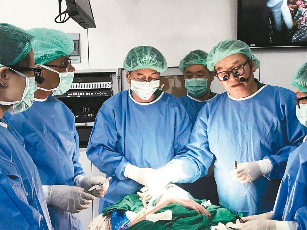 高雄義大醫院院長杜元坤(右)經常應邀至世界各地示範手術。 記者王昭月/攝影、圖/...