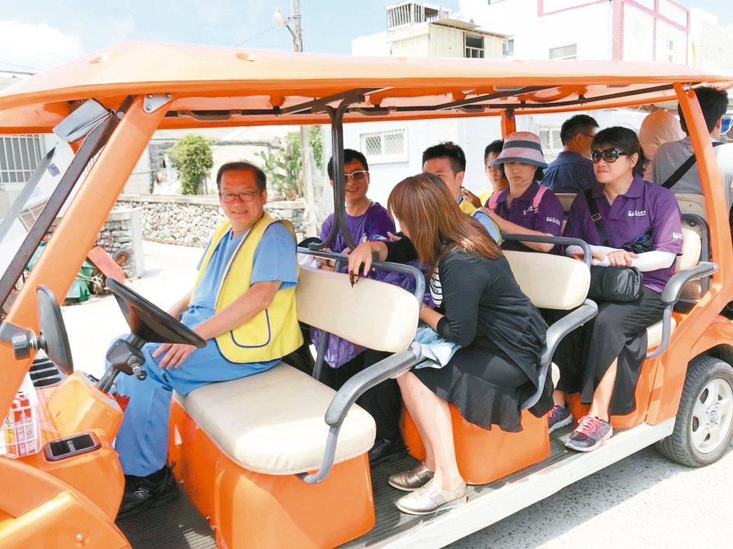 高雄義大醫院院長杜元坤(左一),每月率團隊固定到澎湖看診。 記者王昭月/攝影、圖...