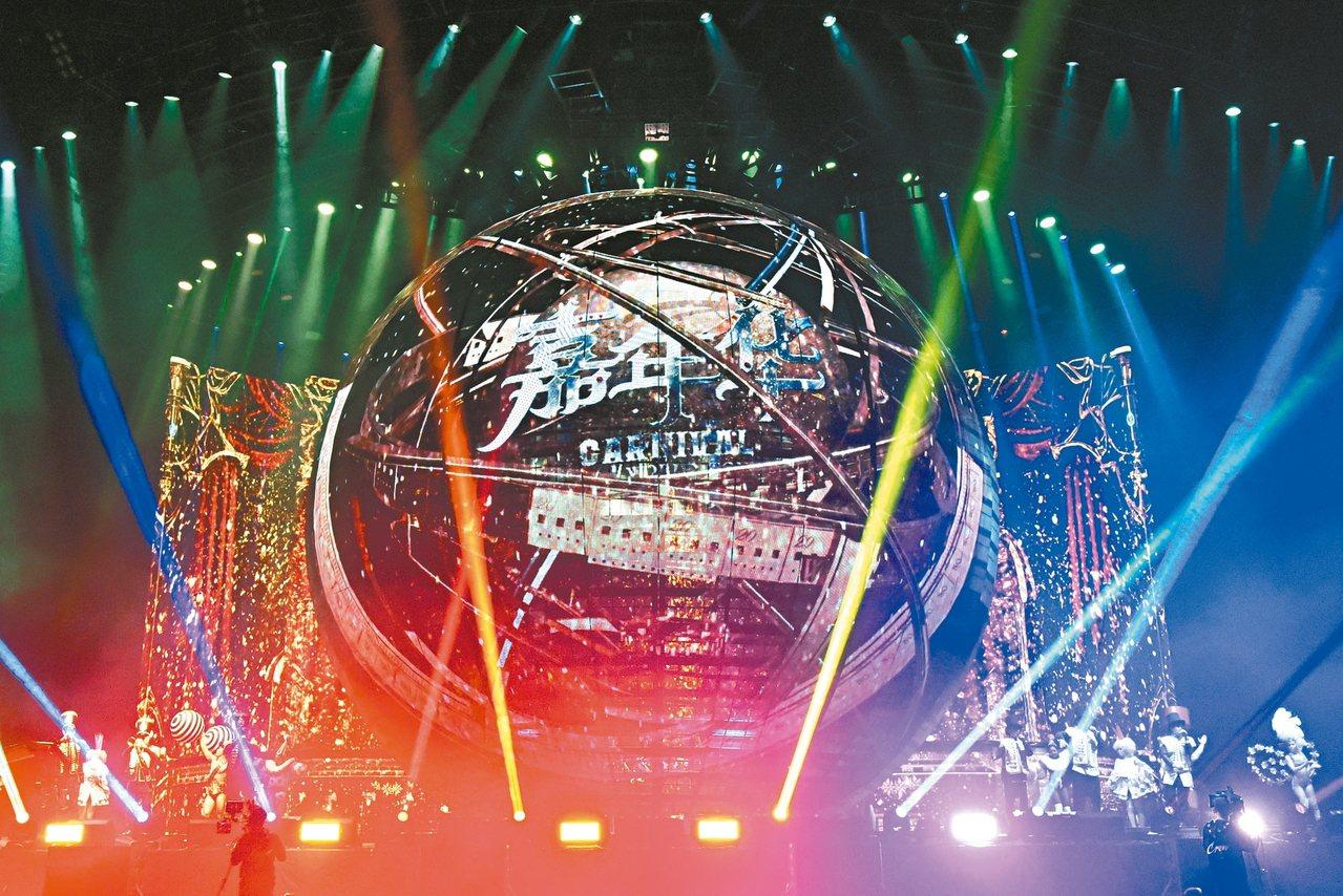 周杰倫「嘉年華」演唱會舞台以最新科技「透明屏」打造,創下全球最多透明屏所組成的最...