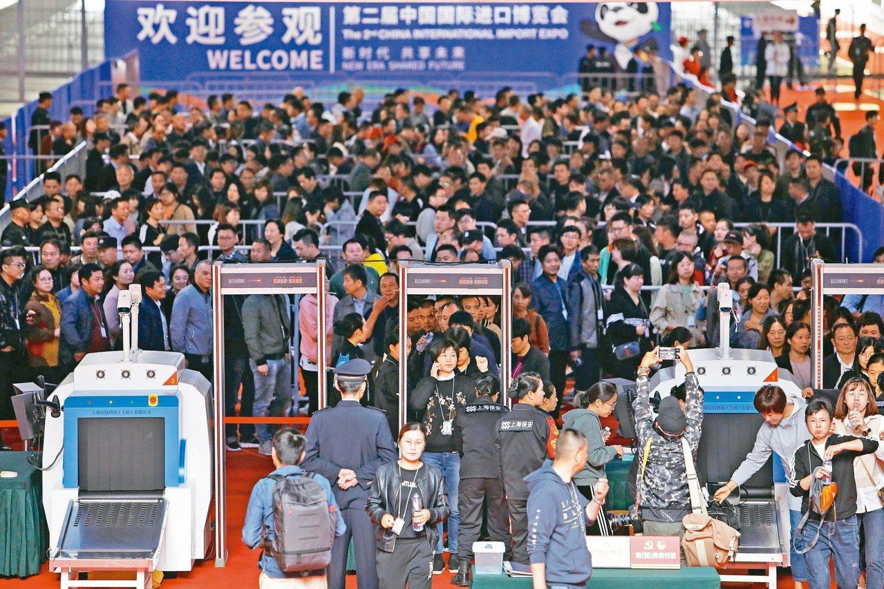 第二屆中國國際進口博覽會15日舉行開幕前最後一次大型綜合演練,圖為模擬一旦出現大...
