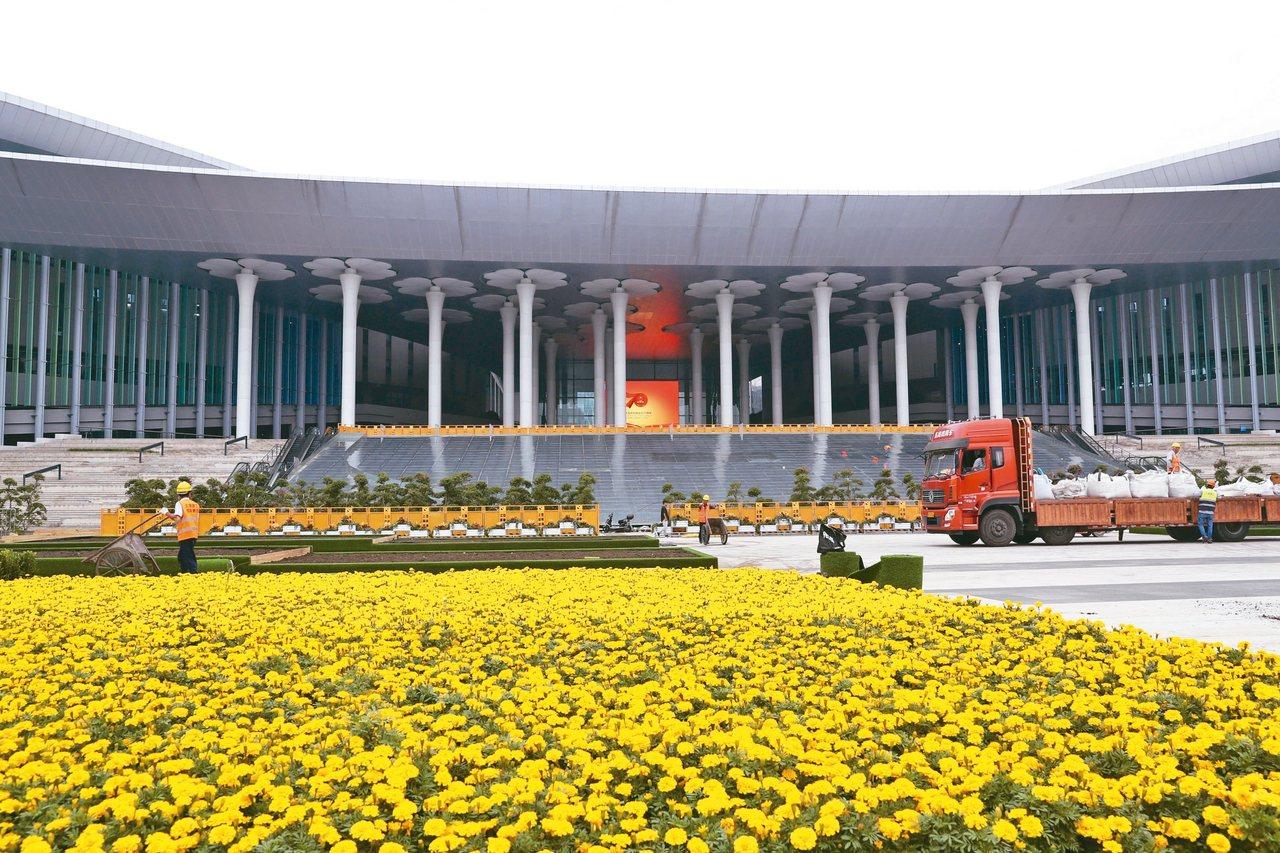 第二屆中國國際進口博覽會即將登場,舉辦會場上海國家會展中心也正加緊進行內外場地布...