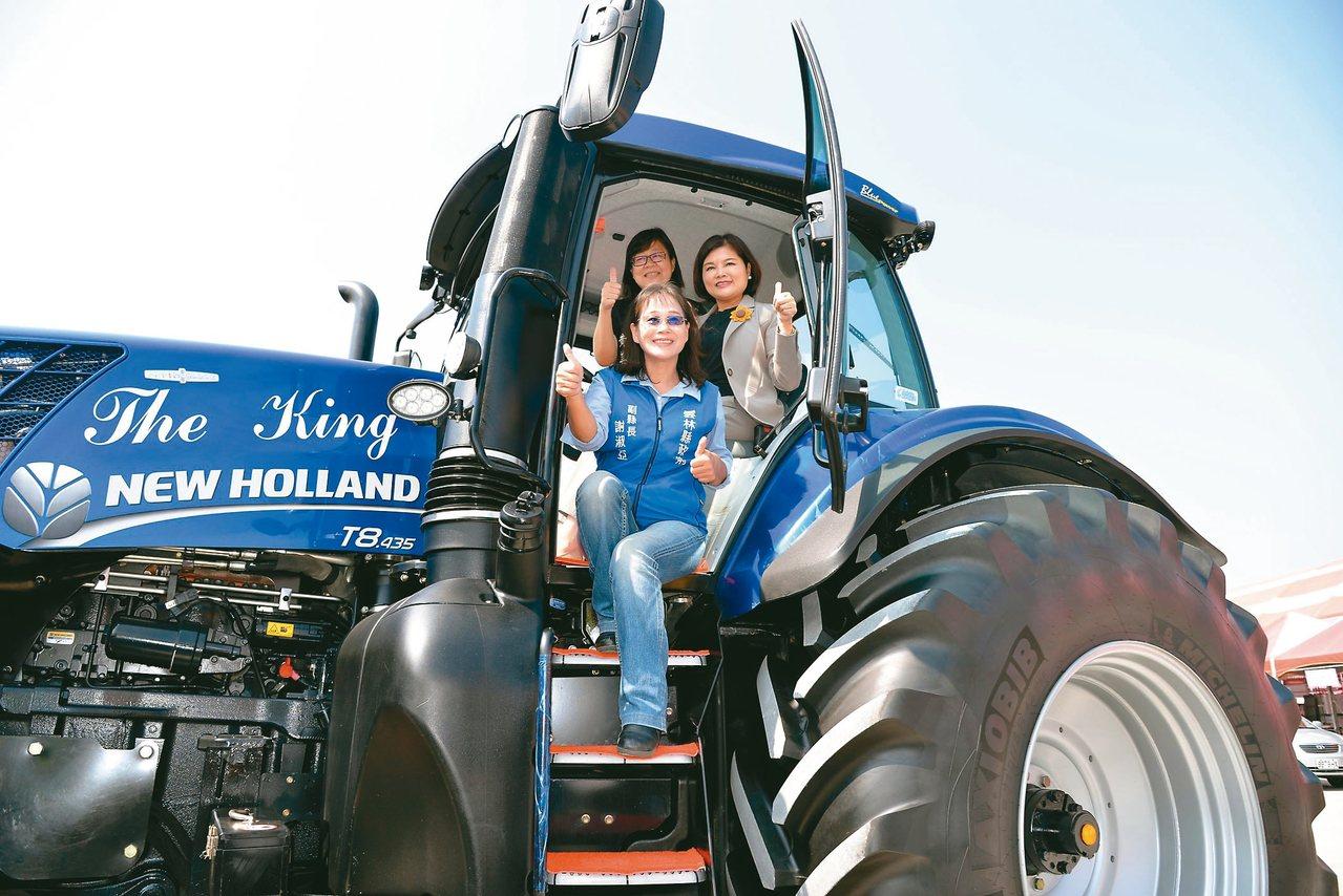 雲林國際農機展即將登場,雲林縣長張麗善(後排右)登上巨無霸耕耘車為農機展代言。 ...