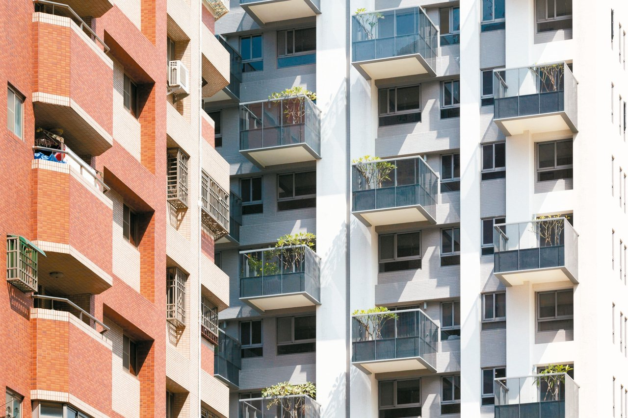 「高雄厝」綠建築的陽台外推三米,深度比一般陽台大許多。 記者蔡孟妤/攝影