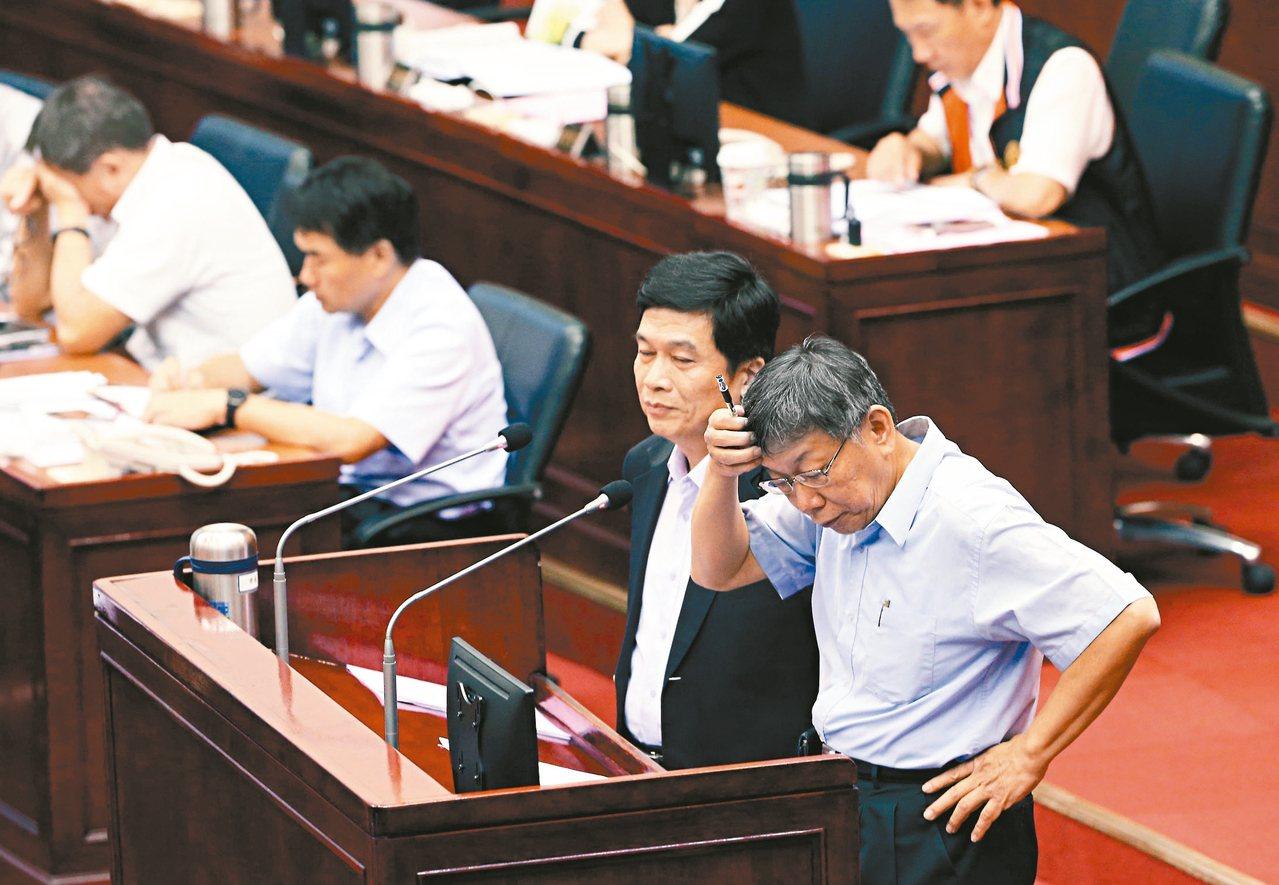 台北市長柯文哲(右)和都發局長黃景茂昨被問到大巨蛋容留人數變更問題,都無法給答案...