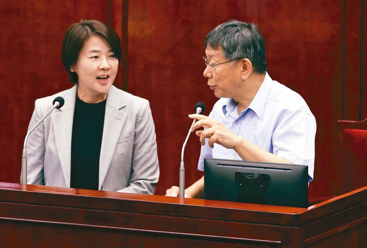 黃珊珊(左)本周辭去市議員身分轉任北市府副市長,昨天上午陪市長柯文哲(右)赴台北...