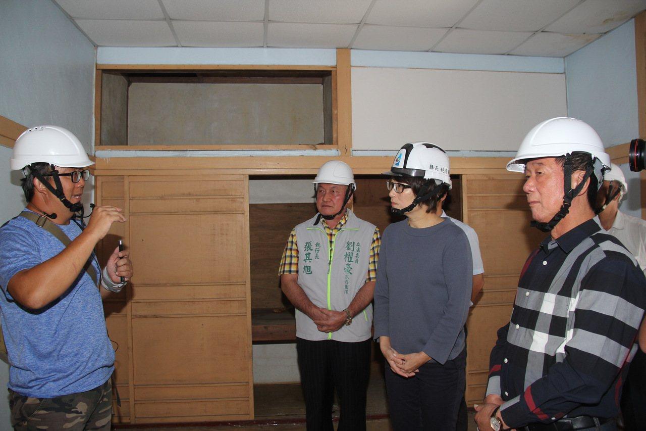 台東縣長饒慶鈴(右二)聽取日式建築的歷史與工法導覽。圖/台東縣政府提供