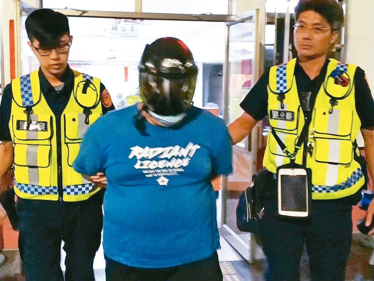 李姓男子(中)弒母,警方移送地檢署。 記者邱奕能/攝影