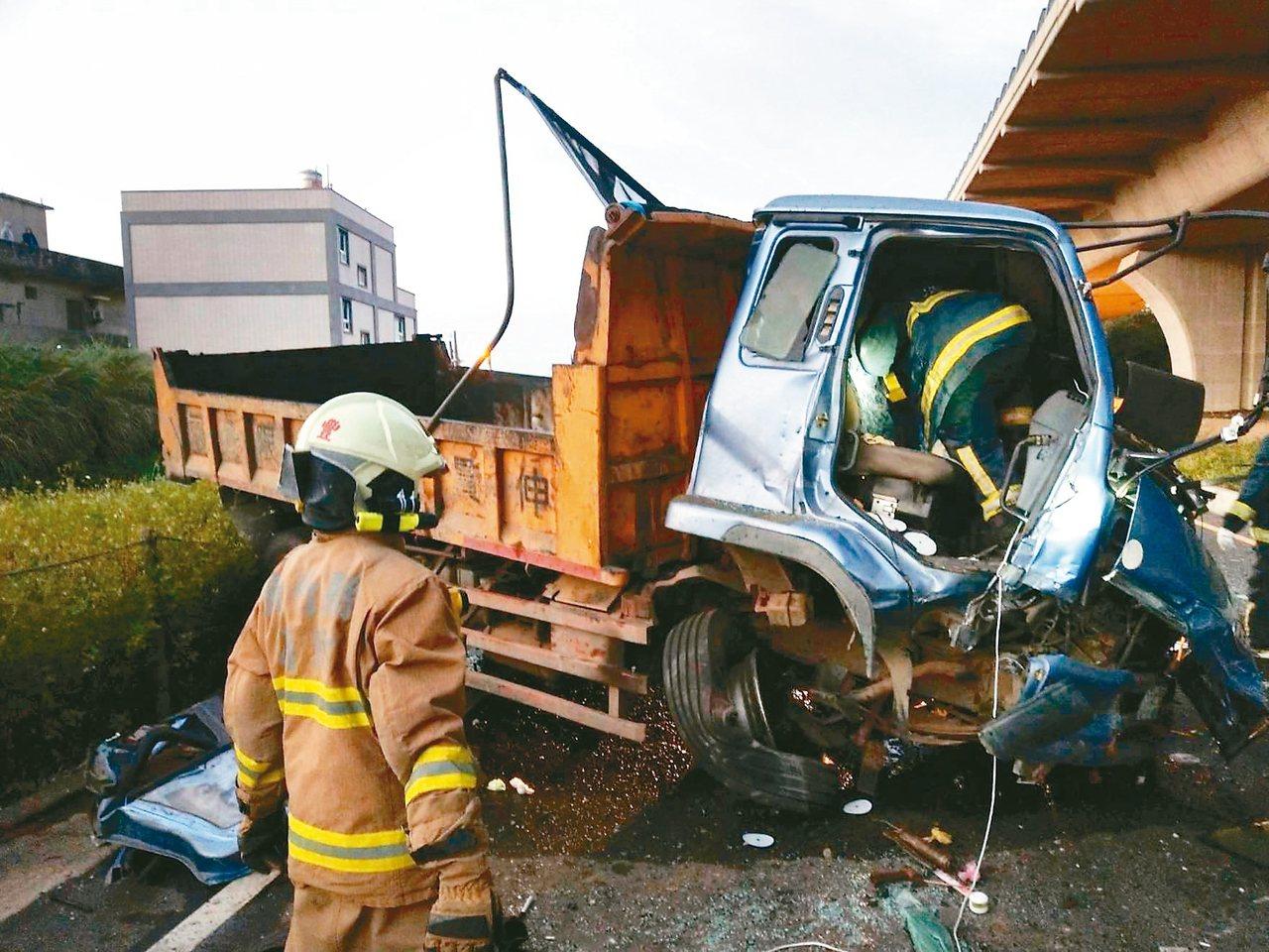 大貨車從十五公尺高的高架橋上掉到平面道路,駕駛座上的董姓駕駛不治。 記者張雅婷/...