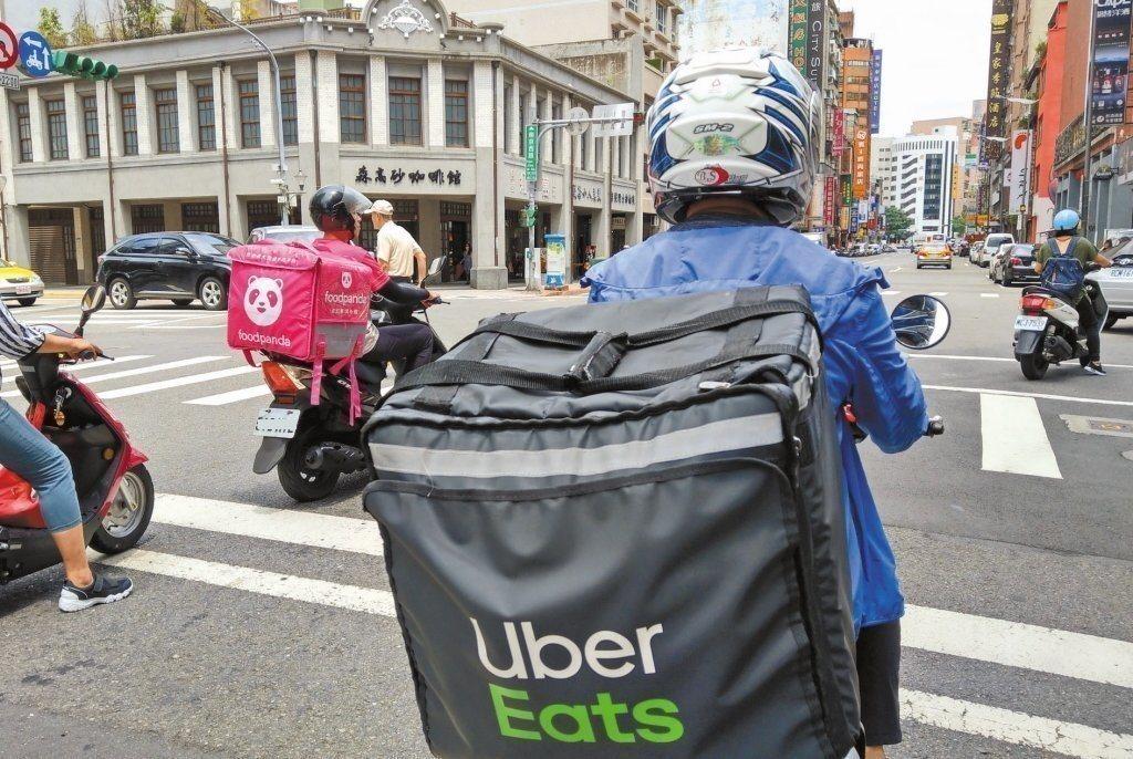 食物外送員穿梭大街小巷快遞美食,車禍頻傳。 圖/聯合報系資料照片