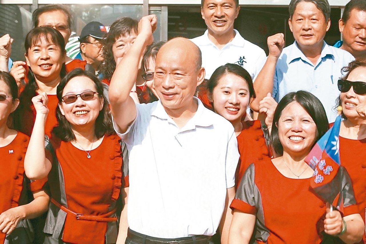 國民黨總統參選人韓國瑜(中)昨拜訪小琉球,受到支持者歡迎。 記者劉學聖/攝影