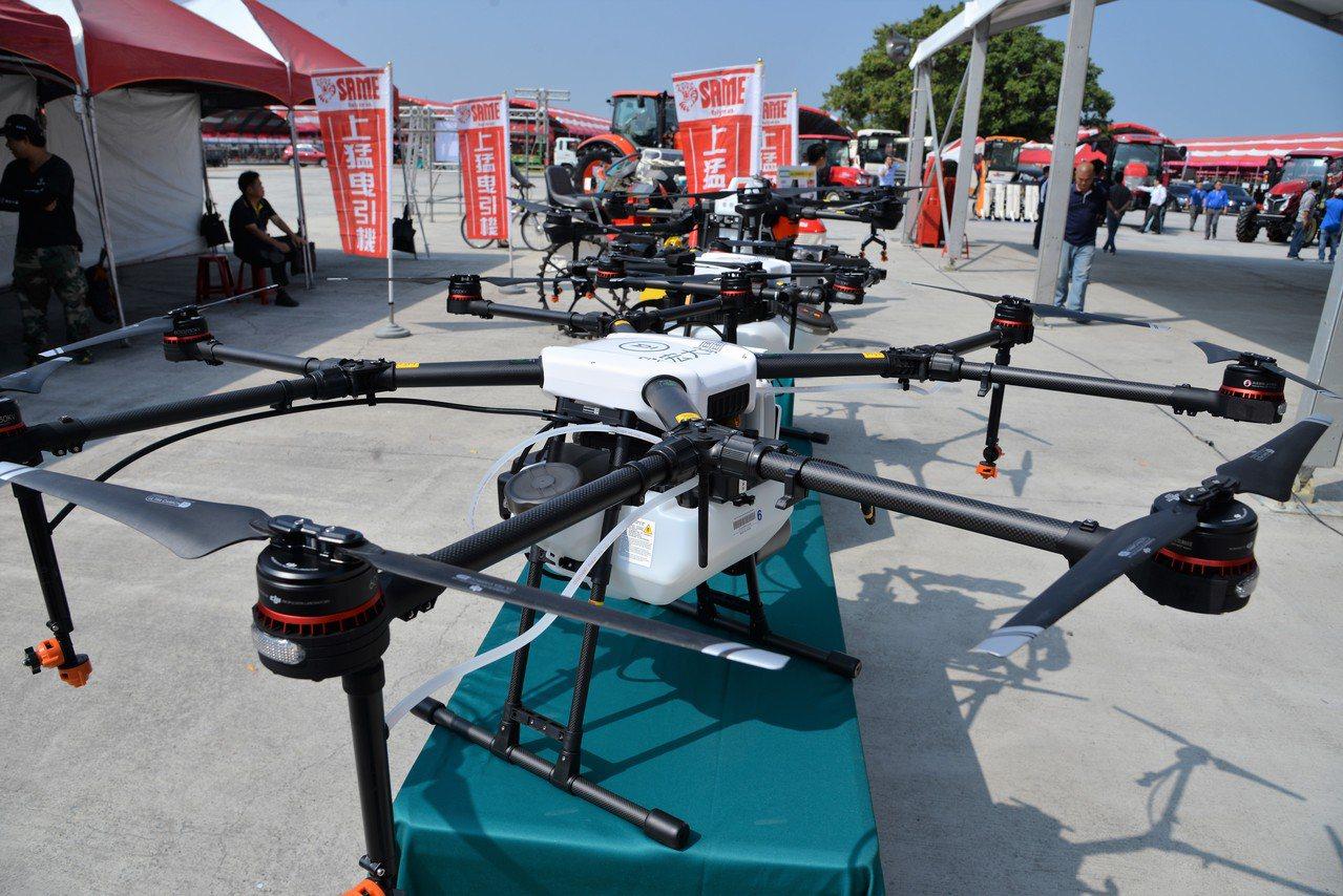 今年農機展以科技農業為主題之一,各式各樣的無人機很吸睛。記者蔡維斌/攝影