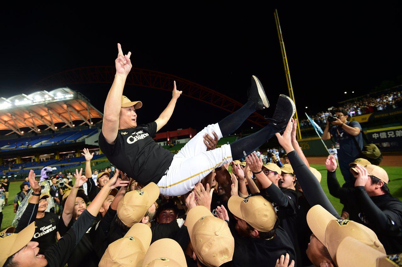 桃猿拿下三連霸,球員開心拋教練慶祝。記者黃仲裕/攝影