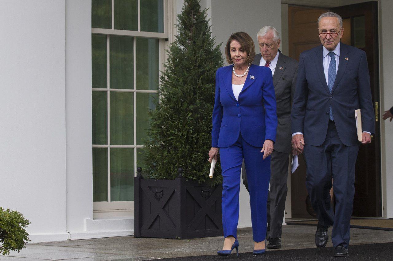 美國眾院議長波洛西(左)十六日在白宮與川普總統舉行會談,川普會中痛罵波洛西是「三...