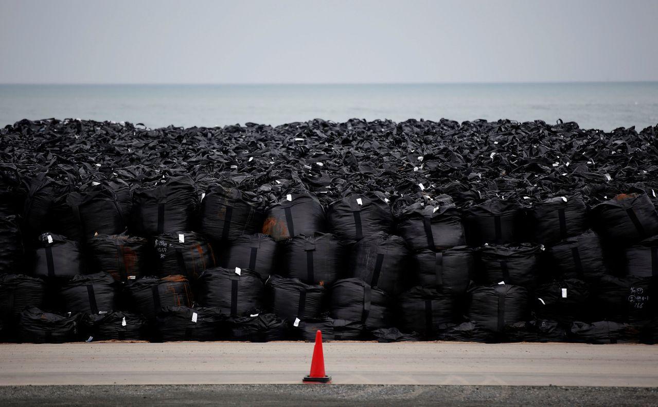 日本福島縣一些裝有核廢土壤的塑膠袋在「哈吉貝」颱風來襲時遭洪水沖走。(路透)