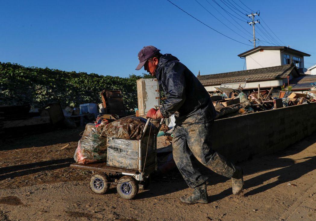 一位正在清理家園的福島縣伊達市居民。(路透)