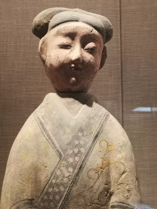 重慶大學博物館展示的這尊陶俑,被指根本就是地攤貨,不只是用矽膠模做出,而且因為模...