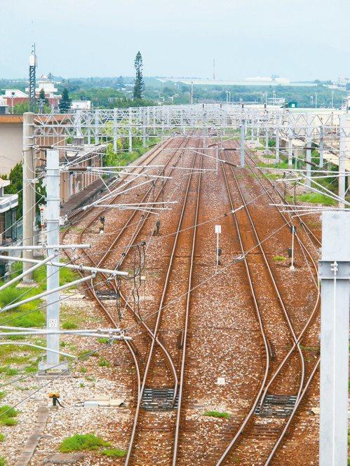 鐵道交錯處,盡是綠茵,遠景有藍天,為著路程上的歸人,妝點開闊的心。(圖/劉哲甫攝...