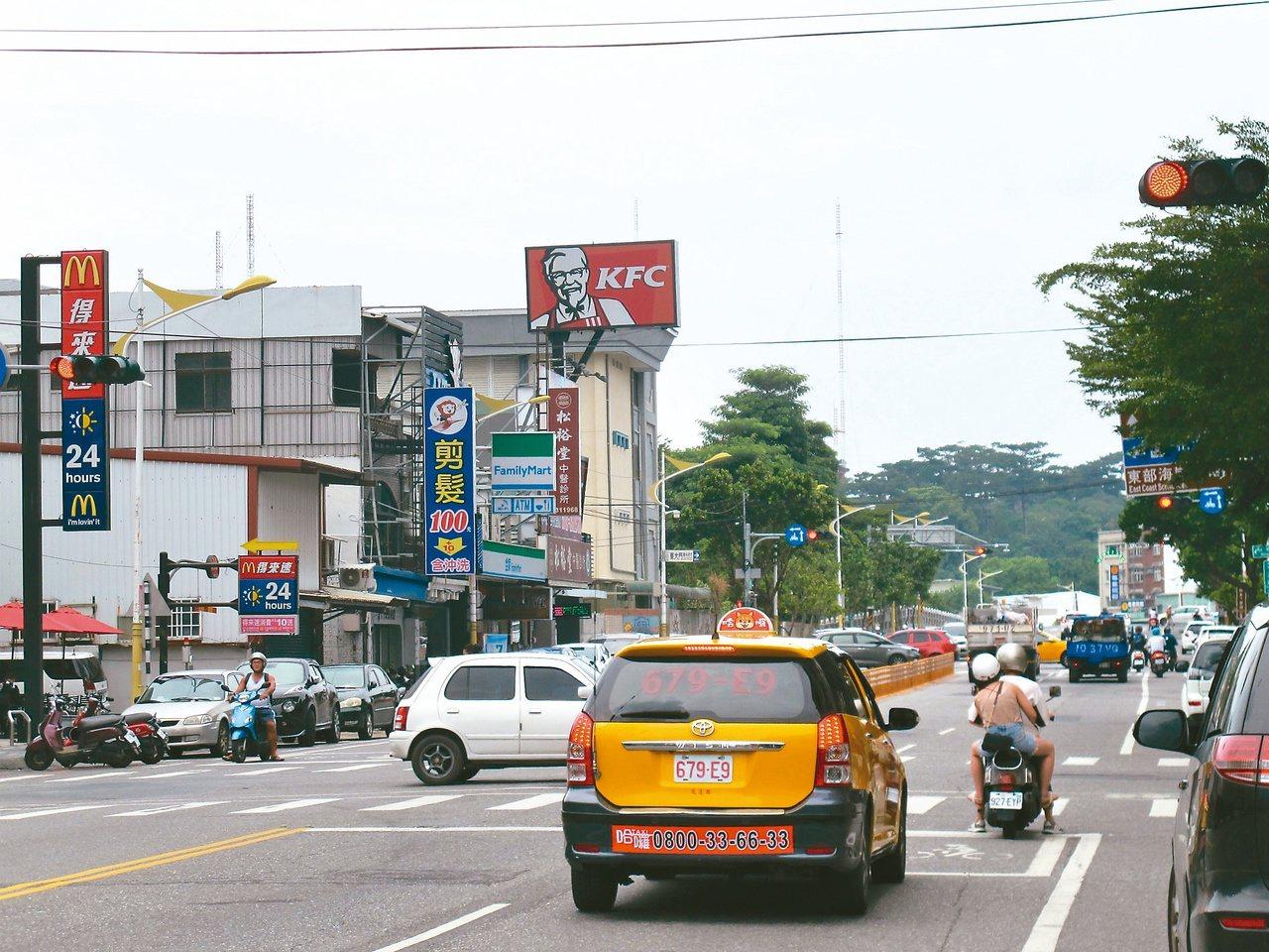 市區就兩三條主要街道,新舊店舖來去,停在市區入口等紅綠燈的視覺角度,依舊是花蓮最...